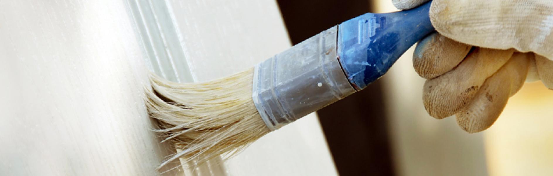 Pintar el marco de una ventana de madera